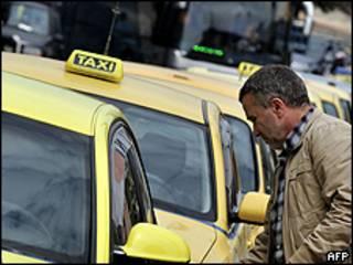 Taxista subiendo a su taxi.