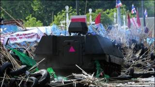 Бронетехника штурмует палаточный лагерь в Бангкоке