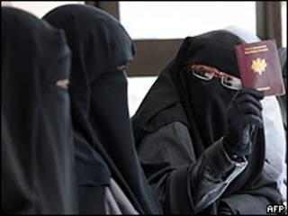 Mujer con burka muestra pasaporte francés