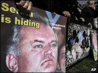 متظاهرون في لاهاي يرفعون بوسترات تتهم ملاديتش بجرائم حرب