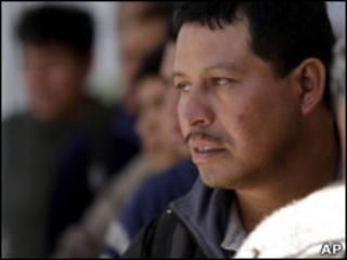 Inmigrantes mexicanos hacen fila.