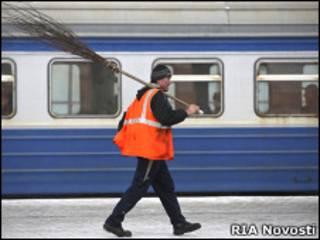 Дворник на платформе железнодорожной станции
