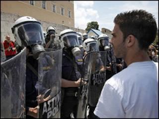 Полиция и забастовщики на улицах Афин