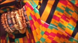 تصویری از یک زن آفریقایی و النگوهای طلا در دستانش