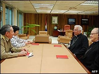 Raúl Castro (esq.), monsenhor Dionísio Garcia (centro) e cardeal Jaime Ortega (direita) em Havana