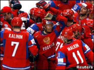 Российские хоккеисты празднуют победу