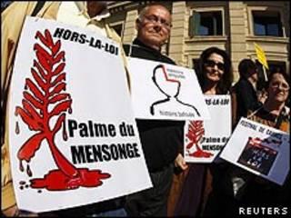 "Franceses protestan en Cannes por la película ""Hors la loi""."
