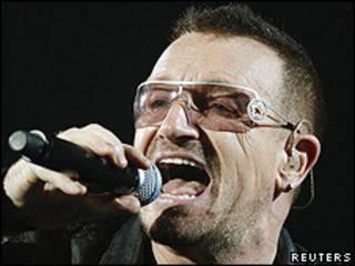 Bono, cantante de U2 en un concierto.