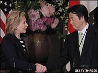 Hillary Clinton y el ministro de Exteriores japonés Katsuya Okada.