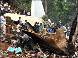 Destroços de avião acidentado (Foto: AFP)