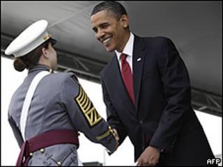 Barack Obama entrega un diploma en la ceremonia de graduación de la Academia Militar de West Point