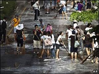 """Limpieza del lugar donde se ubicaba el campamento de los """"camisas rojas"""" en Bangkok."""