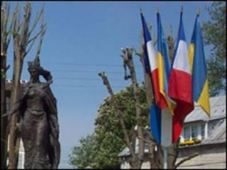 Українські громади у Франції нечисленні, але активні. Тут - пам'ятник королеві Анні Київській у місті Санліс