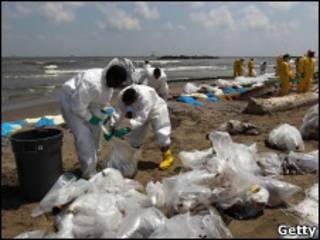 Очистка берега от нефтяной пленки
