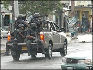 Soldados de Jamaica antes de entrar al barrio de Tivoli Gardens.