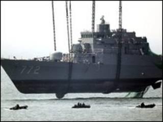Xác tàu Cheonan được đưa lên bờ