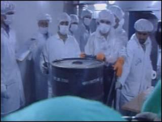 علماء في مفاعل نووي ايراني