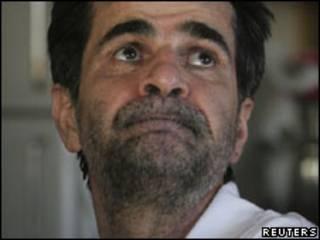 O cineasta iraniano Jafar Panahi em sua casa em Teerã após ser libertado (Reuters)