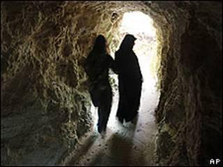 Mujeres en el nuevo museo de Hezbolá