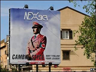 Anuncio de una tienda de ropa en el que aparece Adolf Hitler vestido con un uniforme rosa
