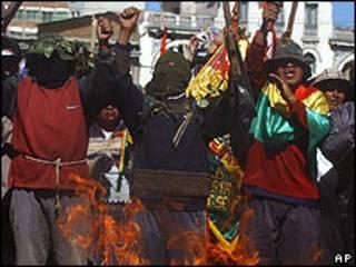 Un grupo de hombres protesta en Bolivia