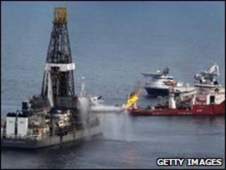 BP hiện đang bơm bùn để bịt miệng giếng dầu bị hở do vụ nổ dàn khoan
