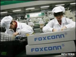 Trabalhadores em linha de montagem da Foxconn