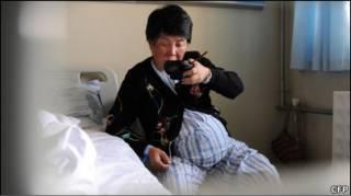 Cheng Li no hospital em Hefei, antes de dar a luz (Foto: ChinaFotoPress)