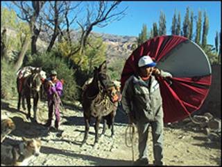 Marcelo, morador do vilarejo, carrega antena junto com mulas e burros (foto: Aprendiendo Bajo la Cruz del Sur)