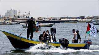 غواصون من شرطة حماس في تدريبات قبل وصول سفن المساعدات
