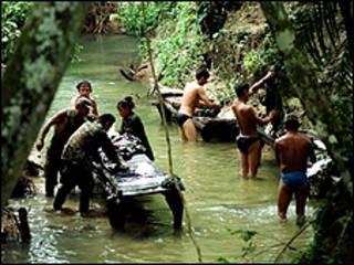 Guerrilheiro das Farc lavam roupa em um rio do o interior
