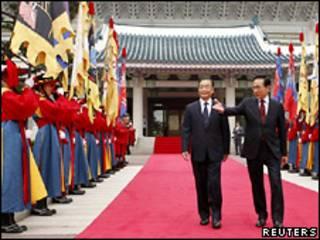 Премьер-министр Китая Вэнь Дзябао и президент Южной Кореи Ли Мен Бак в Сеуле