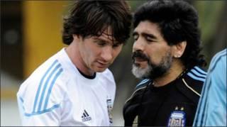 Maradona (phải)