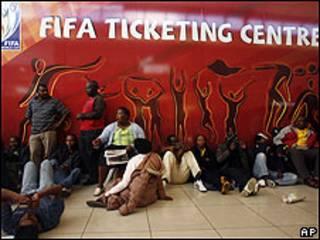 Aficionados esperan para comprar entradas