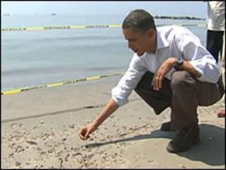 Shugaba Obama a yankin da mai ke malala a tekun Mexico