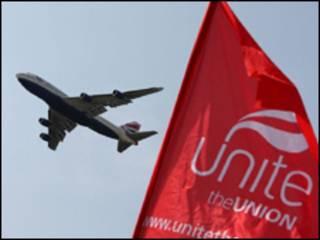 Самолет British Airways на фоне флага профсоюза Unite