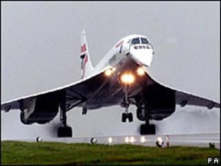Concorde de British Airways aterrizando tras un vuelo de prueba en 2001