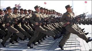 Soldados norcoreanos marchando en Pyongyang