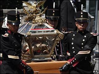 Traslado de los restos por cadetes militares.