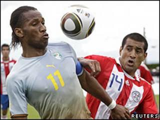 Didier Drogba, de Costa de Marfil, disputa un balón con Paulo da Silva, de Paraguay.