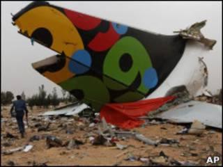 Обломок хвоста разбившегося самолета