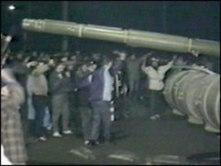 Участники демонстрации в Вильнюсе и советские войска 13 января 1991 года