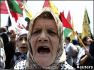 Refugiada palestina protesta em Beirute contra ação israelense