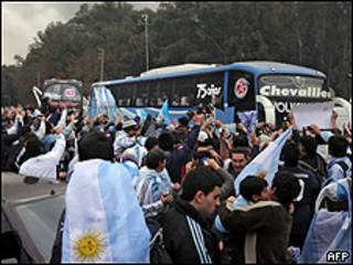 La hinchada de la selección argentina despide a los jugadores antes de que vuelen a Sudáfrica