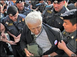 Милиция задерживает политического активиста на митинге оппозици в Москве 31 мая 2010 года