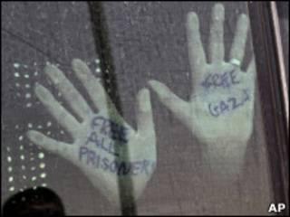 """Руки задержанного с """"Флотилии свободы"""" с надписью """"Свободу Газе"""""""