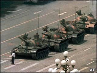 「坦克人」在北京長安大街上試圖攔截坦克(5/6/1989)