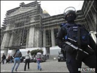 شرطي بلجيكي يحرس قاعة المحكمة التي شهدت الحادث