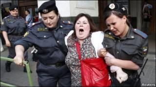 Задержание участницы митинга на Триумфальной площади в Москве 31 мая 2010 г.