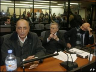 Обвиняемые бывшие офицеры аргентинской армии на скамье подсудимых